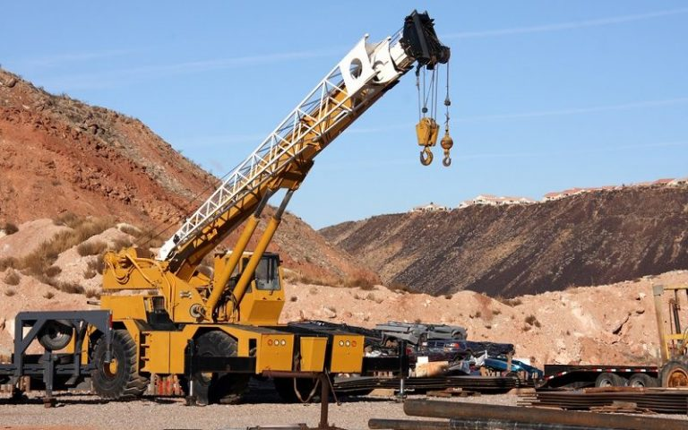 What to Consider When Hiring a Crane